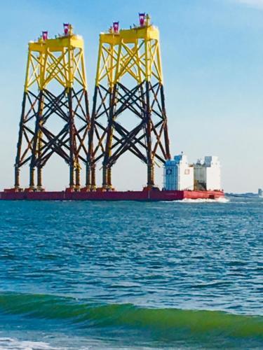 Onderzetters voor de windmolens worden vervoerd op zee